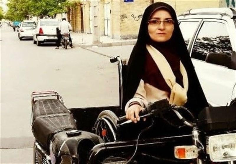 بنیاد کرامت رضوی به معلول زن مشهدی موتور اهدا کرد