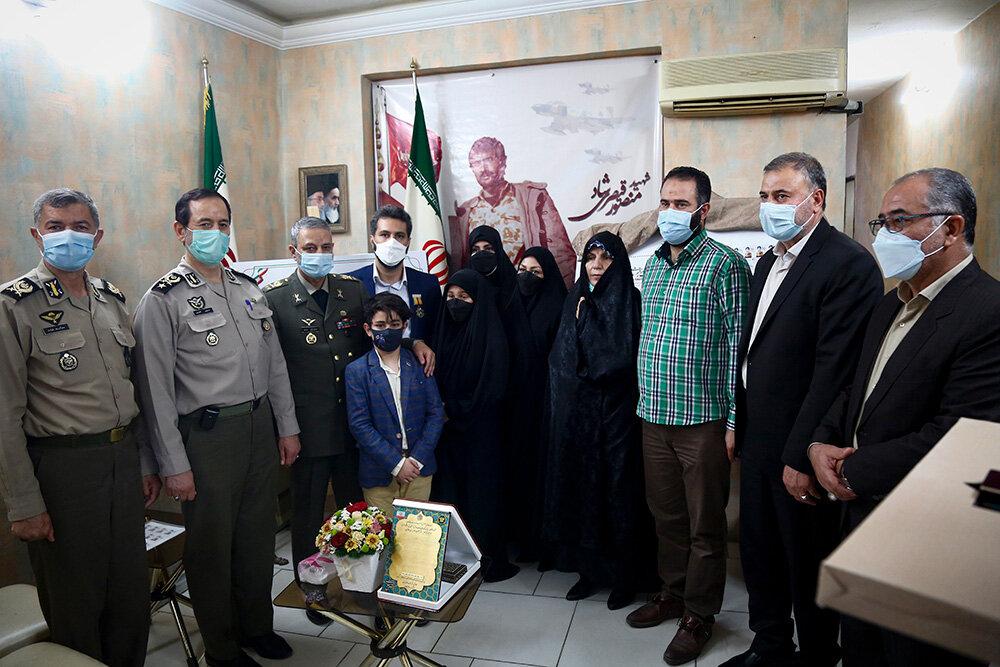 دیدار فرمانده کل ارتش با یک خانواده شهید